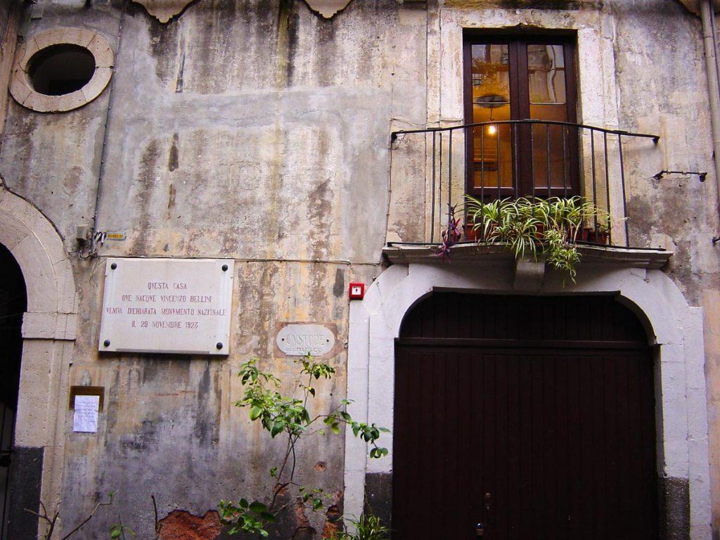 Ingresso Museo civico Belliniano. A sinistra l'insegna che dichiara il palazzo monumento storico