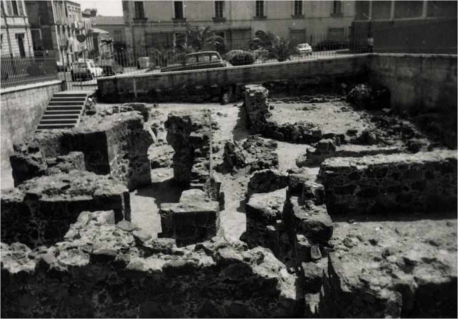 Piazza Dante - Terme Romane negli anni 50. Fonte foto: Gocce di Perla