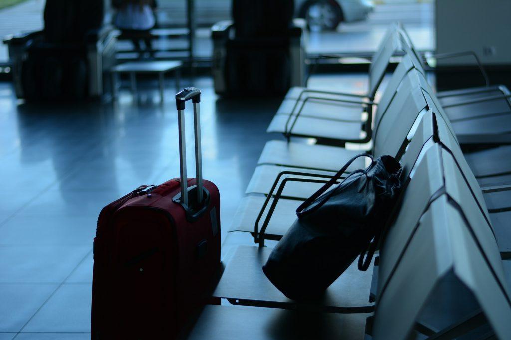 Bagagli in primo piano e sedute dell'aeroporto - caro voli - Credit: Pixabay