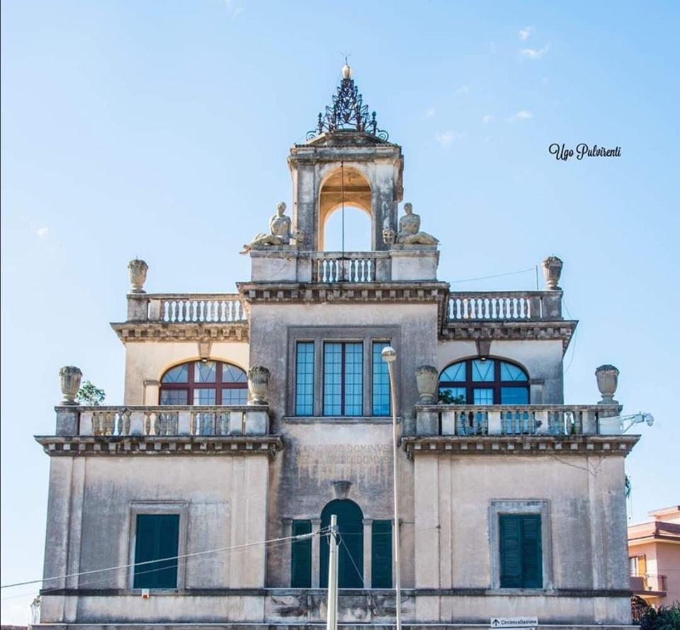Villa Iole Pantò, poi denominata come Villa Di Angelo Musco, fu ristrutturata dall'architetto catanese Francesco Fichera per l'amico. Presenta molti elementi tipici del Liberty e del Barocco, stili architettonici dominanti a Catania.