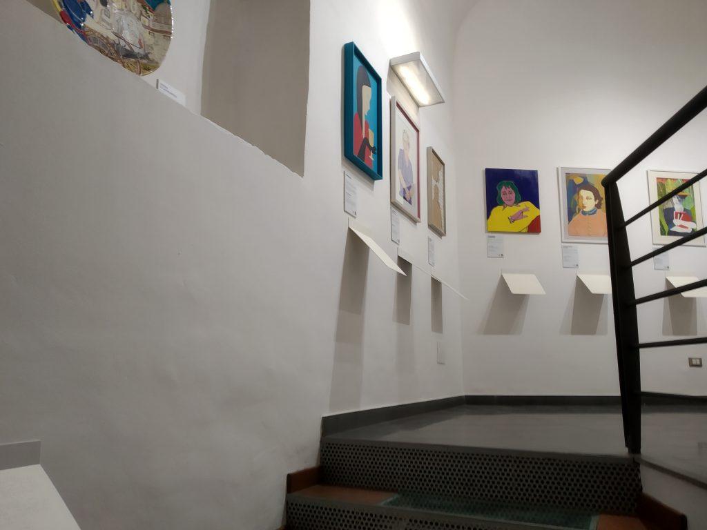 Andreana Sardo e la Sala delle Donne con i ritratti appesi