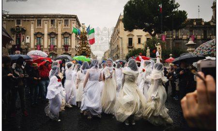 Le 'Ntuppatedde rivendicano lalibertà e l'emancipazione femminile opponendosi come Sant' Agata, al maschio oppressore. Foto di Salvo Puccio