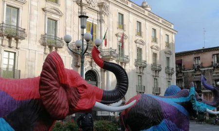 I quattro elefanti bianchi, poi progressivamente colorati, sono una delle nuove installazioni artistiche a Catania