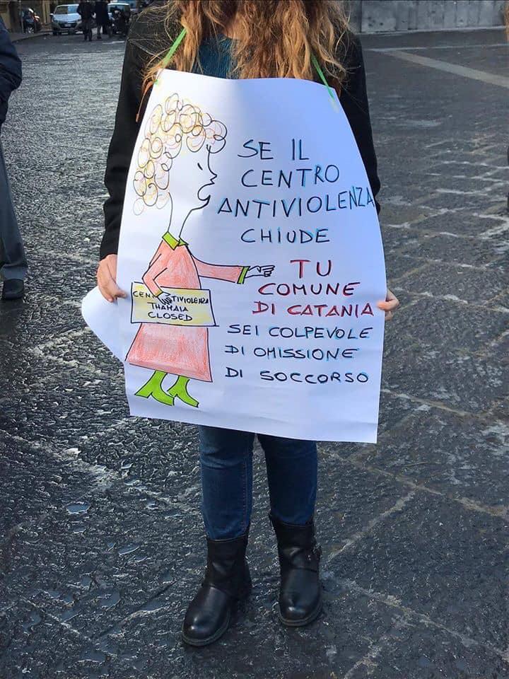 Un cartellone portato da una ragazza, scesa in piazza durante una delle manifestazioni del Centro Antiviolenza Thamaia per i soldi che il Comune. Foto da Fb @centroantiviolenzathamaia