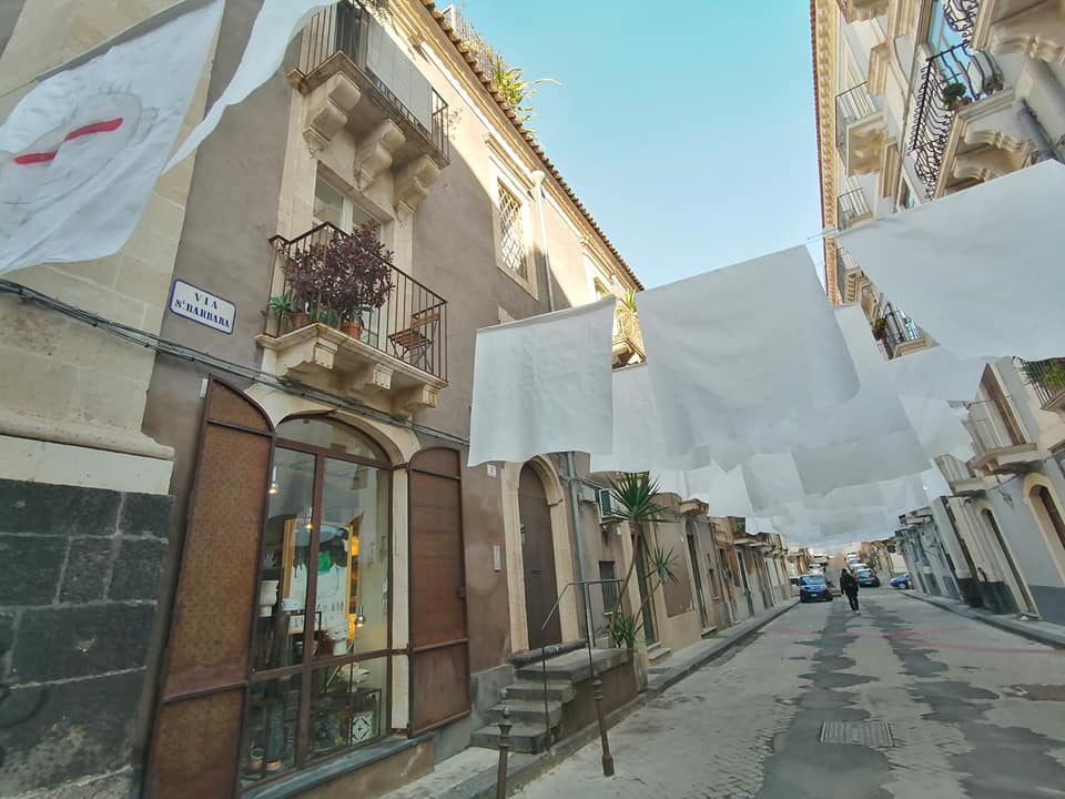 Candide lenzuola, realizzate con un particolare tessuto, sventolano in via Santa Barbara, opera di Giuliano Cardella. Sono una delle nuove installazioni artistiche del centro storico catanese.