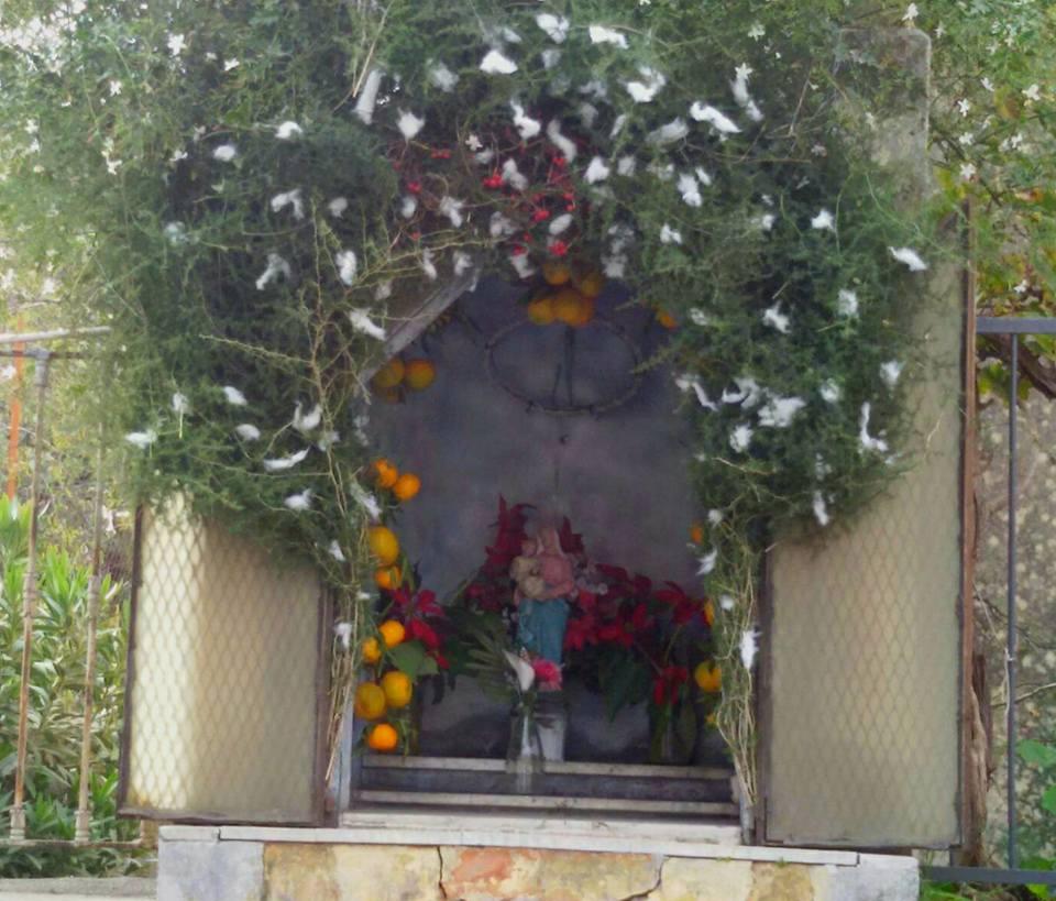 Cona tradizionale di un altarino, realizzata nel quartiere di San Nullo.