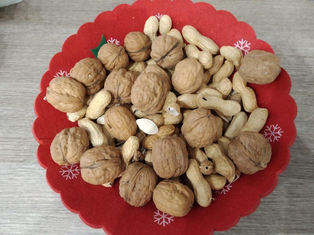 Vassoio con noci, arachidi e semi di zucca salati