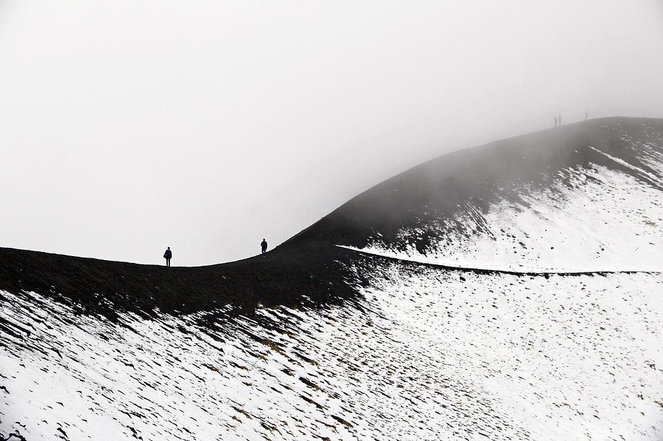 Sciare a Catania: escursionisti sui sentieri dell'Etna. Fonte Pixabay