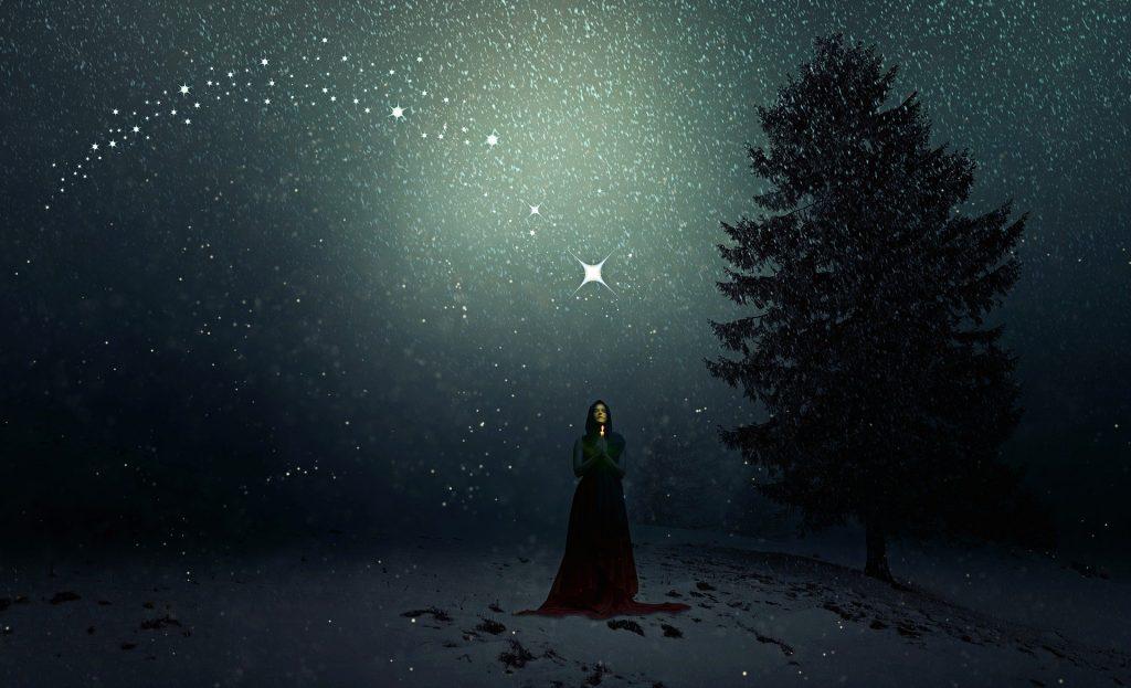 Una donna in un bosco in inverno, come fosse la dea Strenia da cui deriva la Vecchia di Natali