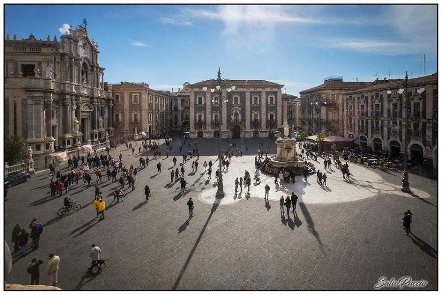 Palazzo degli Elefanti - Veduta su piazza Duomo dal Palazzo degli Elefanti. Foto di: Salvo Puccio