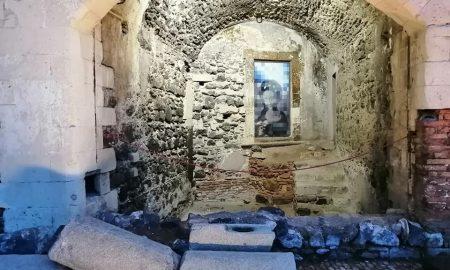 Raffigurazione di Sant'Agata realizzata dall'artista Salvo Ligama all'interno dell'edicola sita nel cortile di Palazzo Platamone, Palazzo della Cultura.