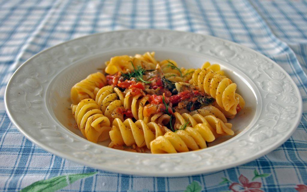 La pasta e i catanesi: una versione molto elegante, in stile food porn, della psta con le sarde, finocchiu rizzu, pomodoro e mollica (foto by: pixabay)