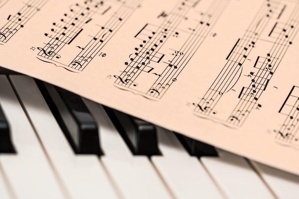 Spartiti musicali e tasti del piano forte con cui suonare l'inno a Sant'Agata