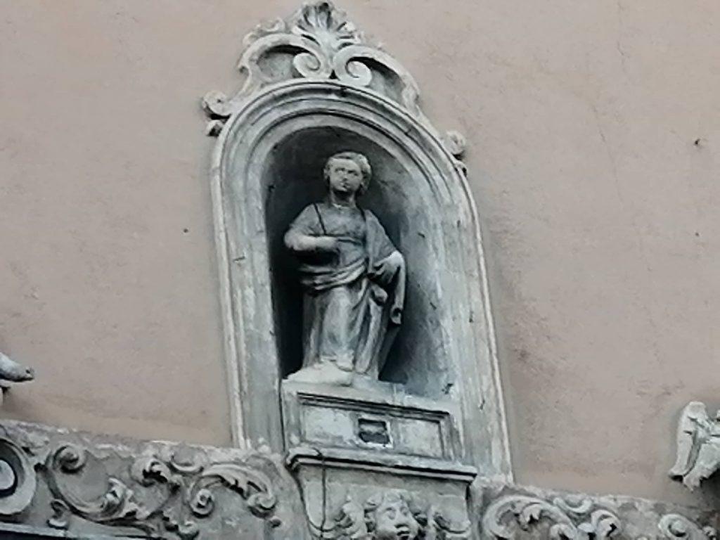 La santa patrona di Catania, sul poetale di Sant'Agata alle sciare, è raffigurata entro un'edicoletta votiva, affiancata da angeli