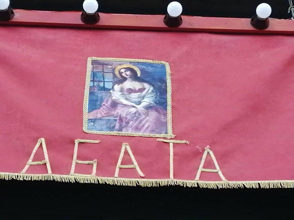 L'effige che raffigura il martirio dello strappo delle mammelle che Agata subì è raffiurato su quadro di autore ignoto che operò il miracolo che salvò Catania dalla lava.
