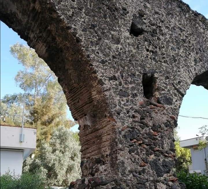 L'archeologia nascosta di Catania: alcuni dei resti dell'acquedotto bizantino presente a Piazza Montessori.