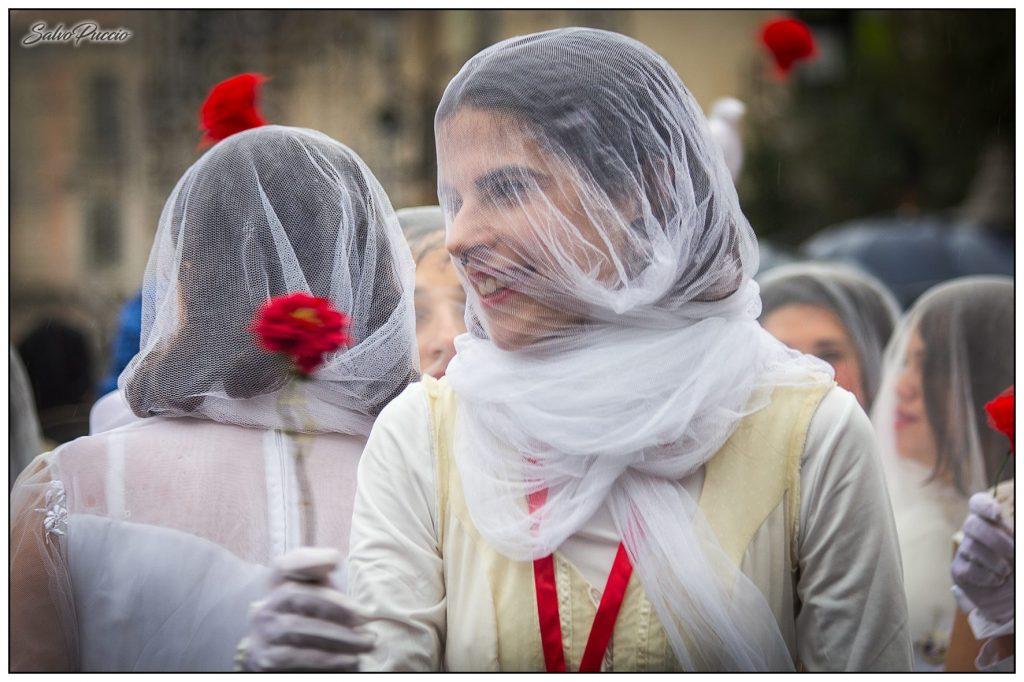 Le 'Ntuppatedde sfilano in corteo nei giorni della festa di Sant'Agata, manifestando il diritto della libertà d'essere donne. Foto di Salvo Puccio