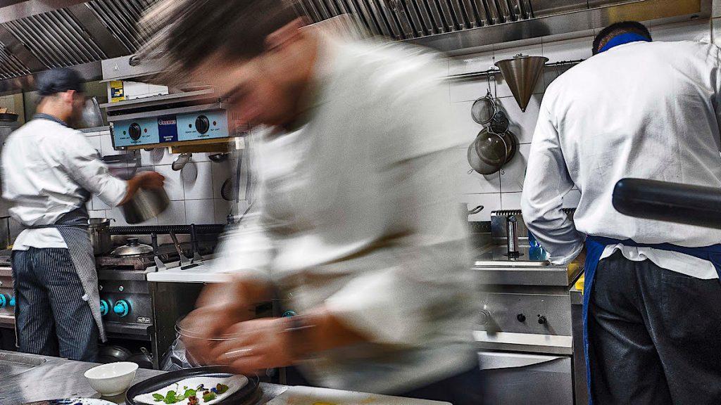 Alessandro Ingiulla nella cucina di Sàpìo Restaurant