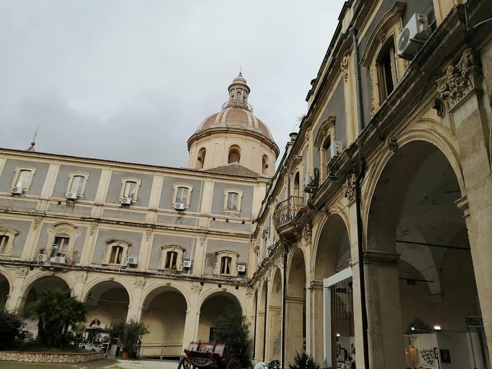 In origine, questo palazzo fu sede di un convento dei Chierici Regolari Minori, chiamatidifatti Minoriti. Punta di diamante del Palazzo dei Minoriti è il chiosco, location di mostre ed eventi