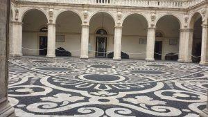 La corte del Palazzo Centrale di Piazza Università che custodisce il meraviglioso pavimento barocco in ciottoli bianche e neri lavici.
