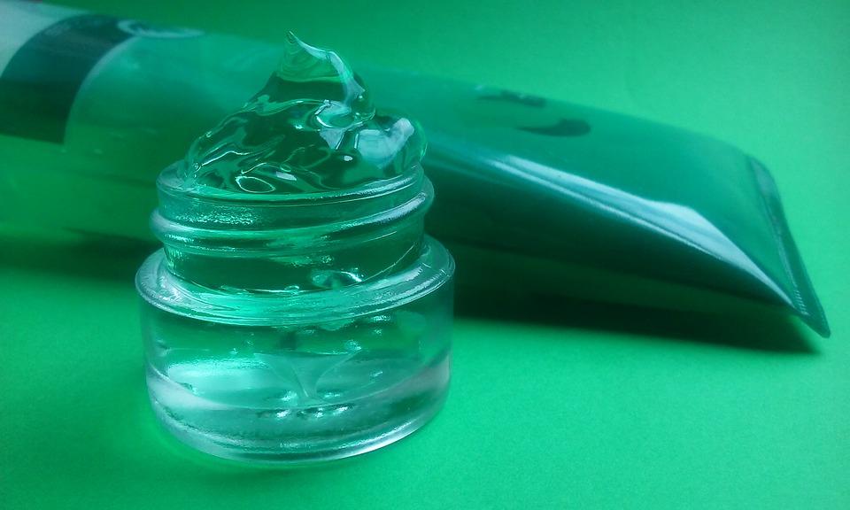"""UniCT, grazie ad un'iniziativa avviata dal dipartimento di Scienze chimiche, con un team coordinato dal direttore Roberto Purrello, e dal dipartimento di Scienze del Farmaco, con un team coordinato dal direttore Rosario Pignatello, ha prodotto un gel igienizzante, una soluzione """"antibacterial hand gel"""" secondo le indicazioni dell'Oms"""
