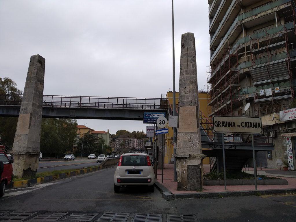 Dueobelischi in pietra chiara presenti al confine tra il comune di Catania e quello di Gravina