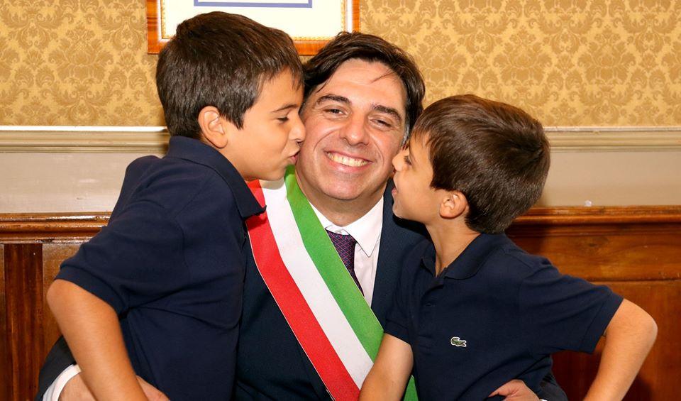 Bonus famiglia: nella foto Pogliese e i suoi due figli