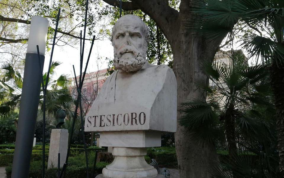 Stesicoro, nacque nella colonia greca di Imera (posta tra Cefalù e Termini Imerese) o a Metauro (l'odierna Locri di Calabria) verso il 638 a.C., morì a Catania verso il 555 a.C.; fu l'inventore della poesia corale e gli si attribuisce il probabile uso della struttura triadica (strofe, antistrofe, esodo). Stesicoro, nacque nella colonia greca di Imera (posta tra Cefalù e Termini Imerese) o a Metauro (l'odierna Locri di Calabria) verso il 638 a.C., morì a Catania verso il 555 a.C.; fu l'inventore della poesia corale e gli si attribuisce il probabile uso della struttura triadica (strofe, antistrofe, esodo).