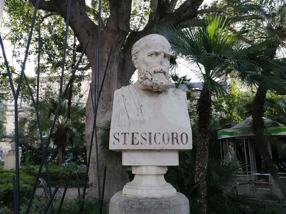 Il busto marmoreo dedicato al poeta Stesicoro all'interno dell'area dedicata agli illustri uomini catanesi, all'interno di Villa Bellini.