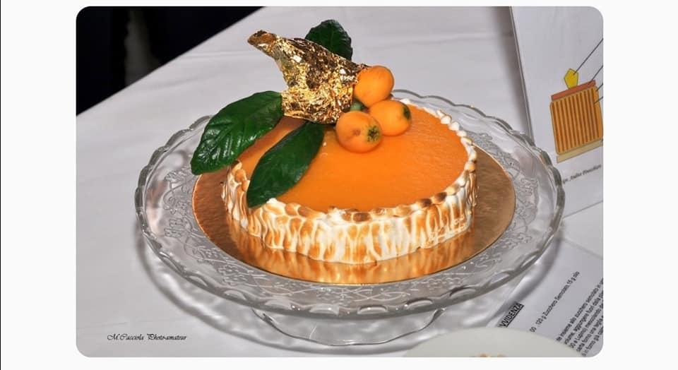Andrea Finocchiaro creando Provvidenza ha realizzato un dolce stratificato fatto con gli ingredienti che rimandano al repertorio verghiano: lupini, limone, nespole
