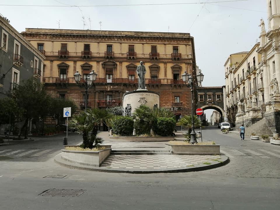 Il monumento realizzato in memoria del Beato Cardinale Dusmet si trova in piazza San Francesco d'Assisi a Catania, ed è opera di Raffaele Leone, Silvestre Cuffaro e Mimì Maria.