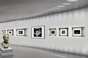 Musei civici: galleria d'arte con quadri illuminati