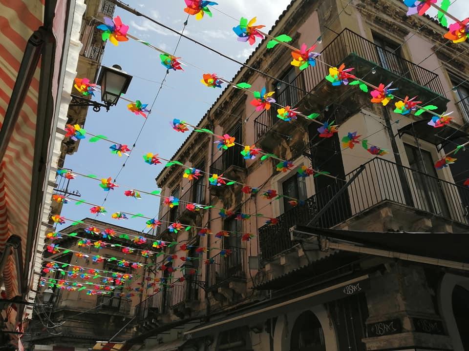 Le girandole colorate poste nelle vie Pardo, Gisira e Riccioli, al posto degli ombrelli, hanno vivacizzato nuovamente la suggestiva pescheria divenendo nuovamente attrazione per molti