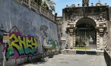 L'ingresso di Villa Cerami,in fondo alla barocca via Crociferi, al cui lato sinistro si trova la fontanella muta o enigmatica, fatta costruire dal Principe Cerami per dissetare i catanesi nel 1723.