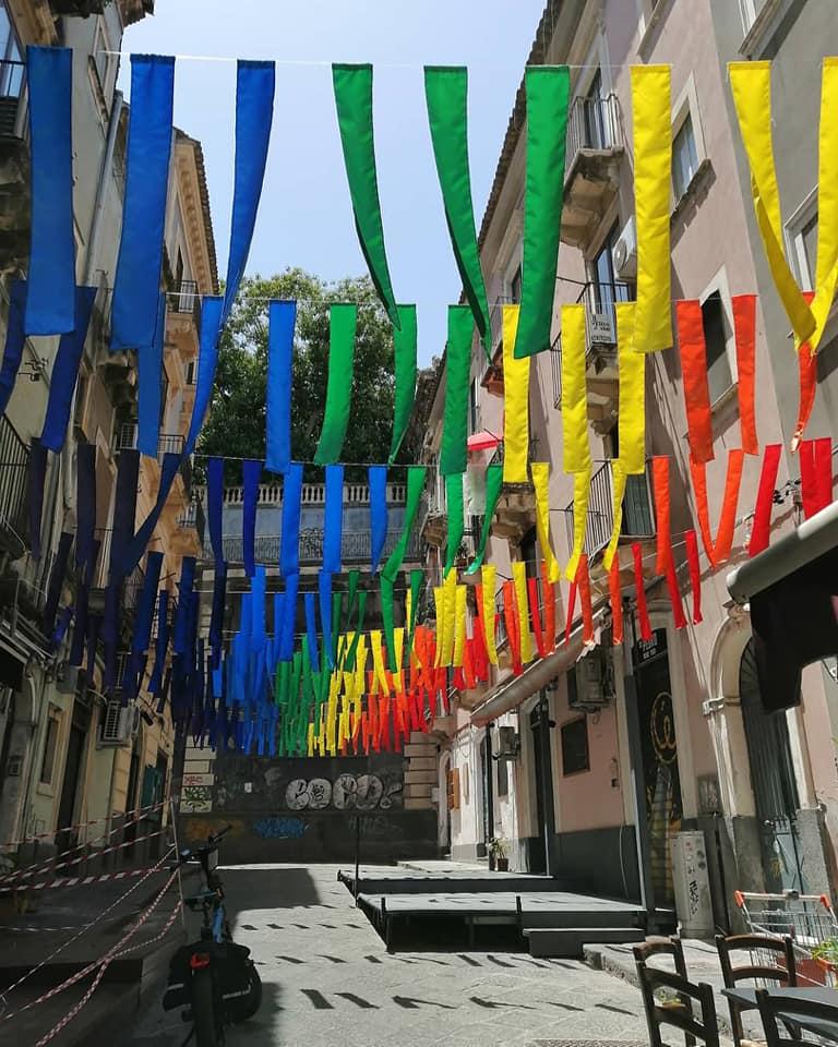 Un'installazione unica e originalissima quella realizzata nella centralissima via Penniniello, a pochi passi da via Etnea e Piazza Stesicoro.