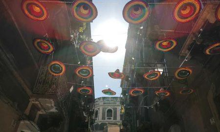 i sombreri coloratissimi ravvivano la parte alta di via Gisira