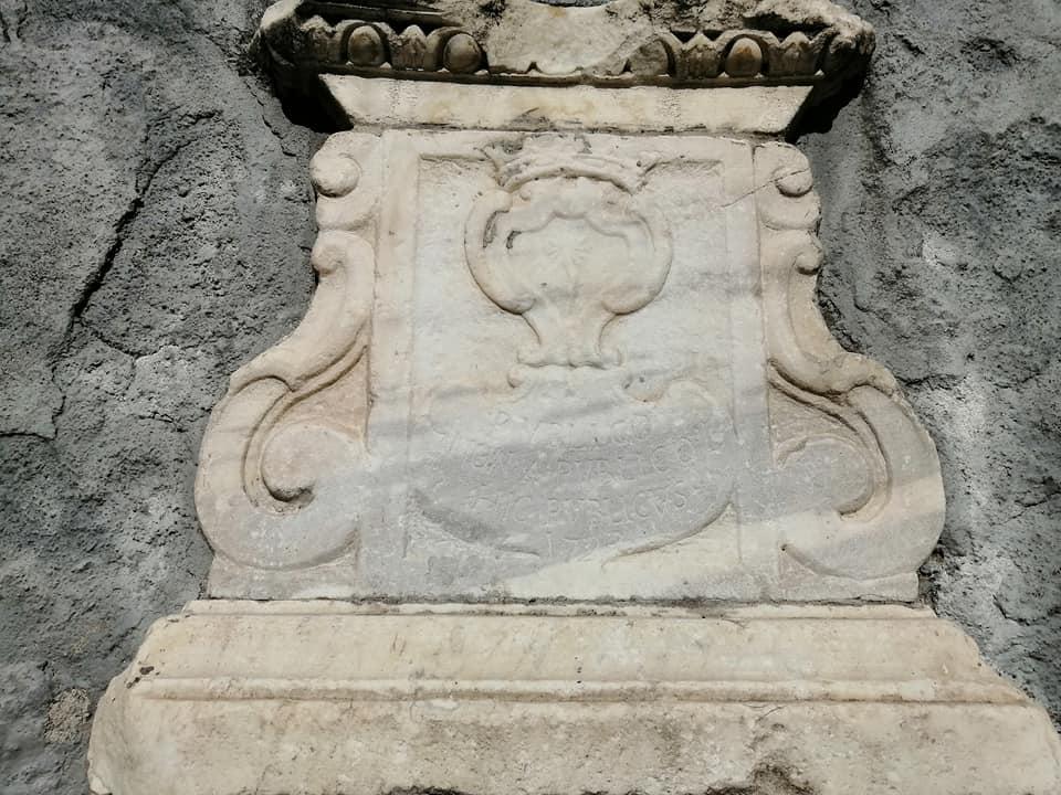 La fontanella di via Crociferi è semplice e nella forma richiama la fontana posta sotto l'obelisco posta sopra il Liotru. E' una conchiglia (motivo presente in altre fontane e tipicamente barocco), sormontata da una lastra marmorea con stemma ed epigrafe risalenti al 1723