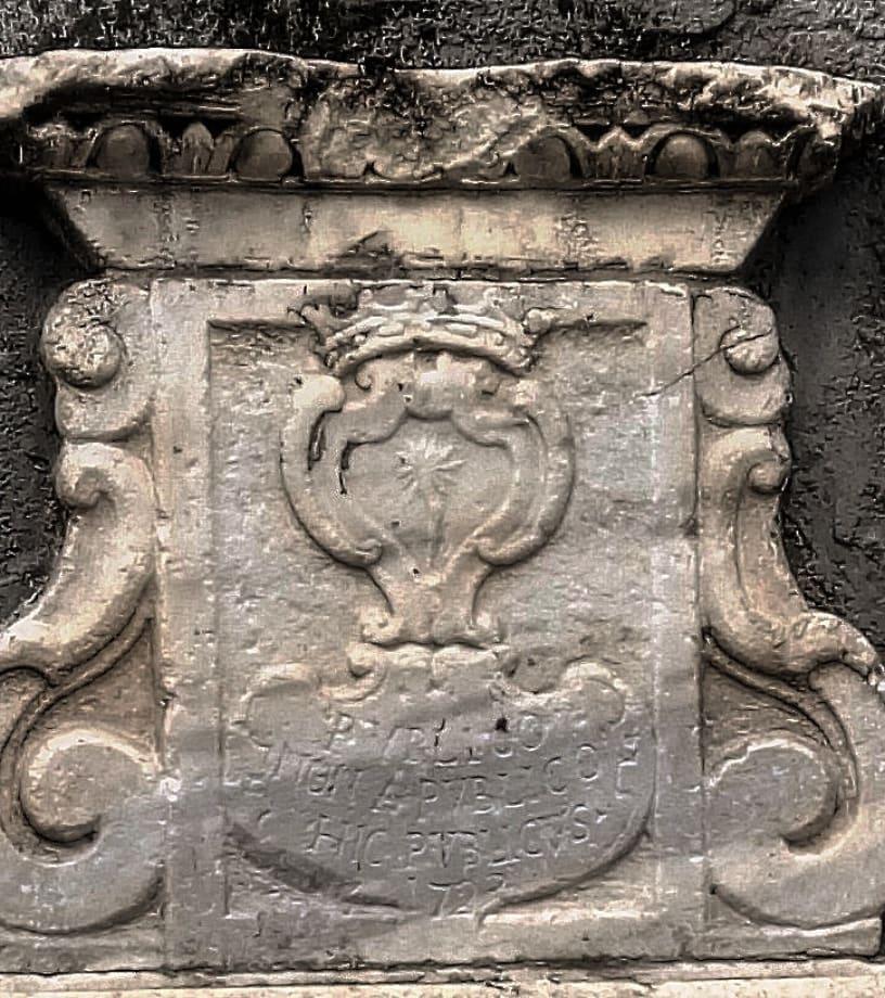 La Fontana che è posta all'ingresso di Villa Cerami, costruita sulle sperone Penniniello, si trova a conclusione della via Crociferi e ha una storia molto particolare
