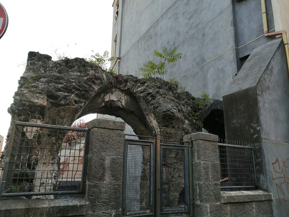 Alcuni resti dell'antico acquedotto romano-benedettino che dava acqua a tutta la città etnea. proprio accanto alla Chiesa dell?Immacolata Concezione si trova uno delle testimonianze visibili più importanti di questa struttura.