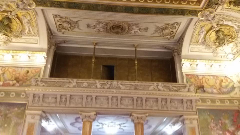 Alcuni particolari architettonici e decorativi all'interno della Sala di rappresentanza del palazzo Paternò del Toscano. Si colgono i rimandi all'arte barocca e al Liberty.