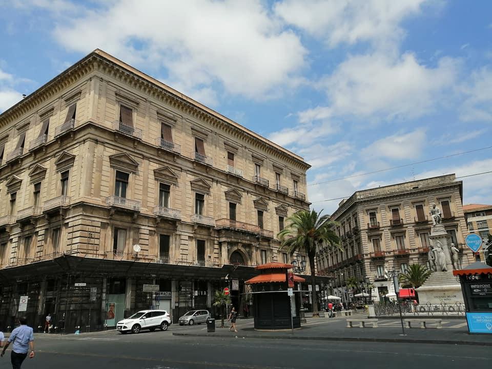 La facciata di Palazzo Paternò del Toscano che si erge su Piazza Stesicoro e ad angolo su via Etnea. Il palazzo ha 4 entrate su più lati.