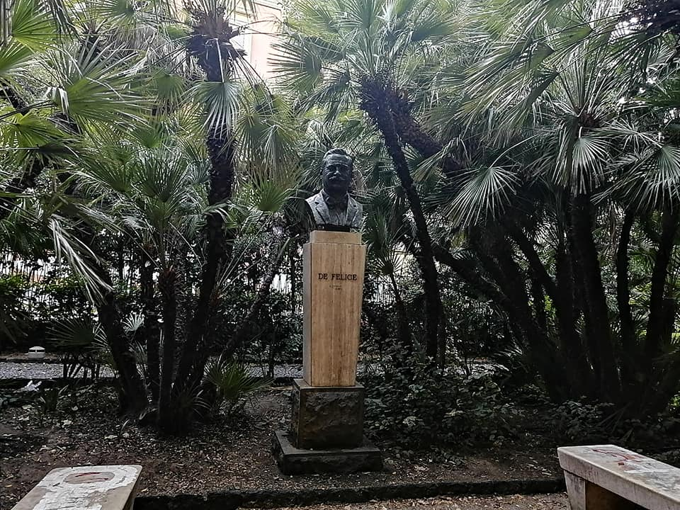 Il busto dedicato al sindaco Giuseppe Giuffrida De Felice si trova tra quelli degli uomini illustri catanesi all'interno del Giardino Bellini, dall'ingresso di via Santa Maddalena, posto di fronte a quello di G. Verga.
