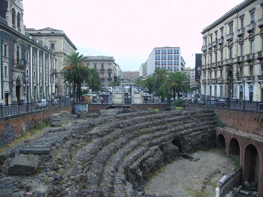 Piccola porzione dell'Anfiteatro romano di Catania che si affaccia sul lato corto di Piazza Stesicoro
