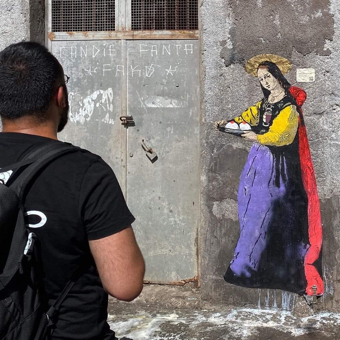 """L'artista palermitano Salvo Benintende, considerato il """"Bansky """"italiano ha omaggiato la città di Catania con un murales molto particolare dedicato a Sant'Agata."""