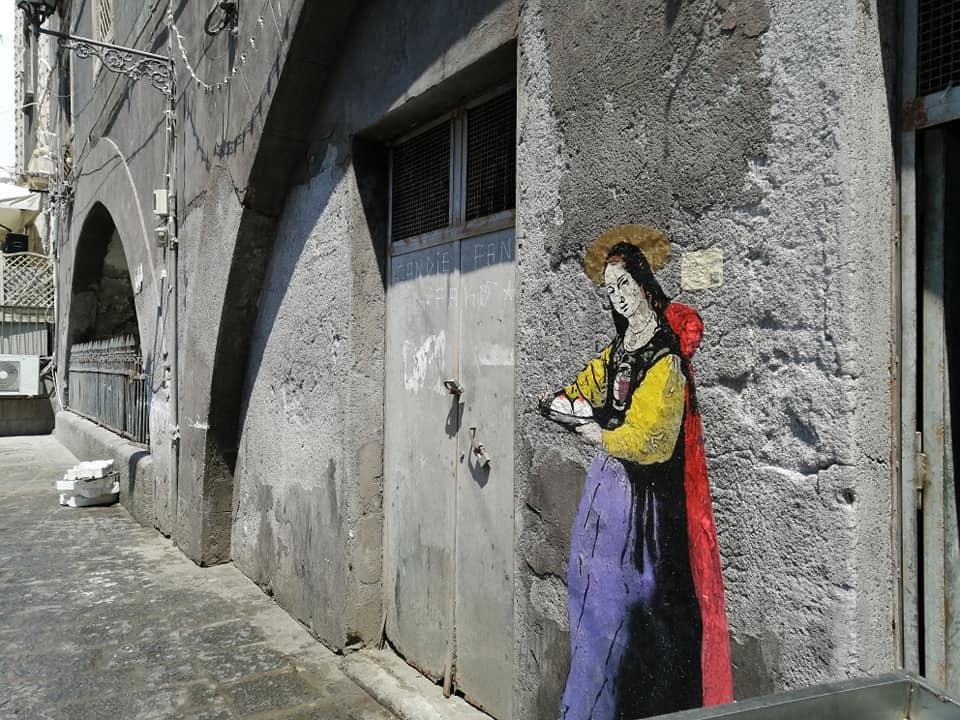 La figura di Sant'Agata, realizzata da TvBoy con tecnica mista attraverso gli spray, si trova all'interno della pescheria, poco distante dalla Fontana dei sette canali.