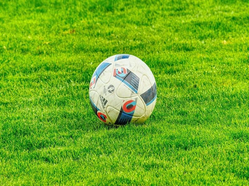 Calcio Pallone su un campo verde - Foto: Pixabay