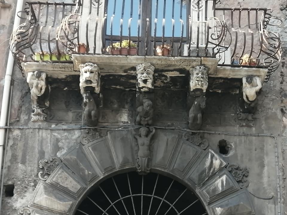 ettagli architettonici che decorano il balcone del palazzo Mazza di Villallegra, con statue che mimano atti di autoerotismo.