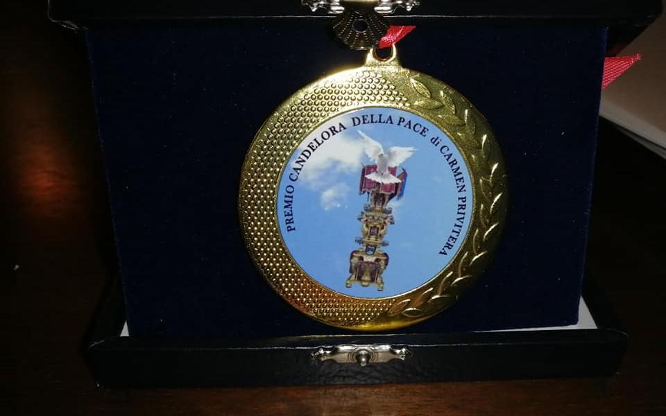 La targa donata ai premiati dell'edizione 20220 della Candelora della Pace