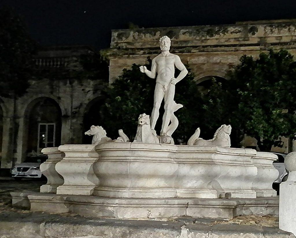 """ll """"Nettuno"""" della fontana di Palazzo Bruca, sarebbe una raffigurazione sessuale di Domenico Tempio, conosciuto per le sue performance sessuali."""