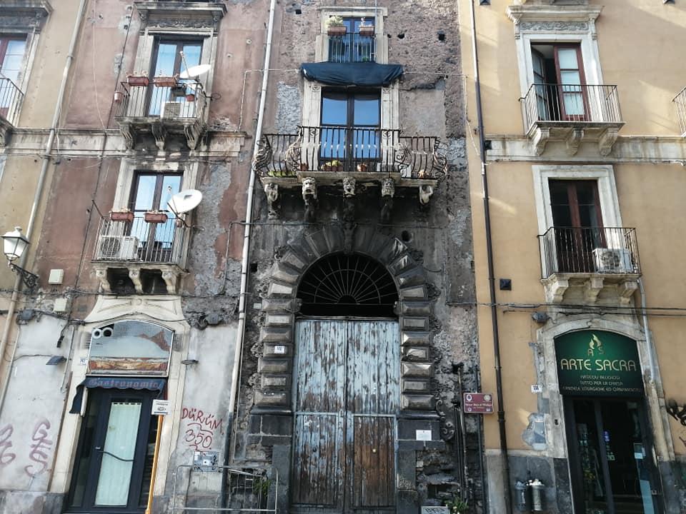 Il balcone più erotico di Catania, sito nello storico Palazzo Mazza di Villallegra, in omaggio alla poesia erotica dialettale di Domenico Tempio.